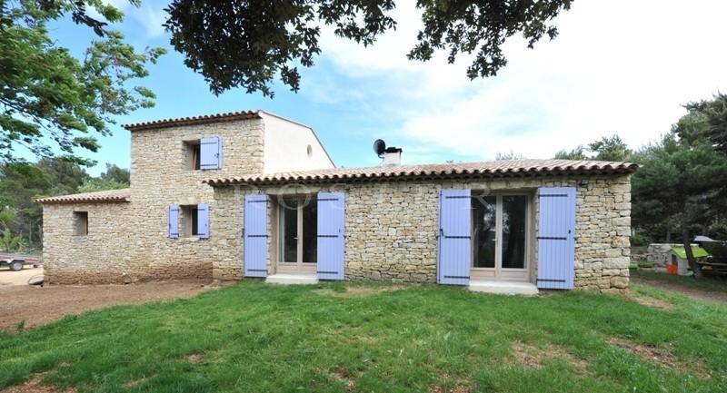 Au coeur des Monts du Vaucluse et dans le parc du Luberon,  à vendre, charmante maison en pierres avec beaucoup de charme.