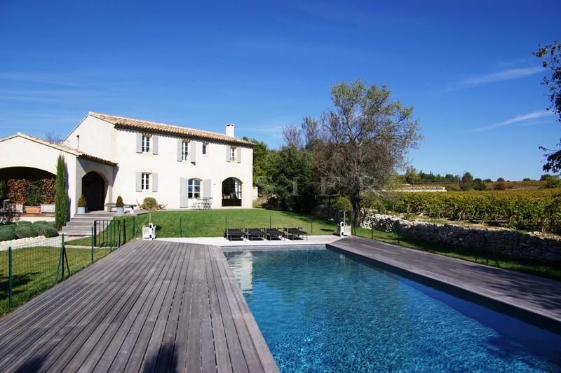 Maison avec piscine en Luberon bénificiant de belles vues par dessus les vignes.