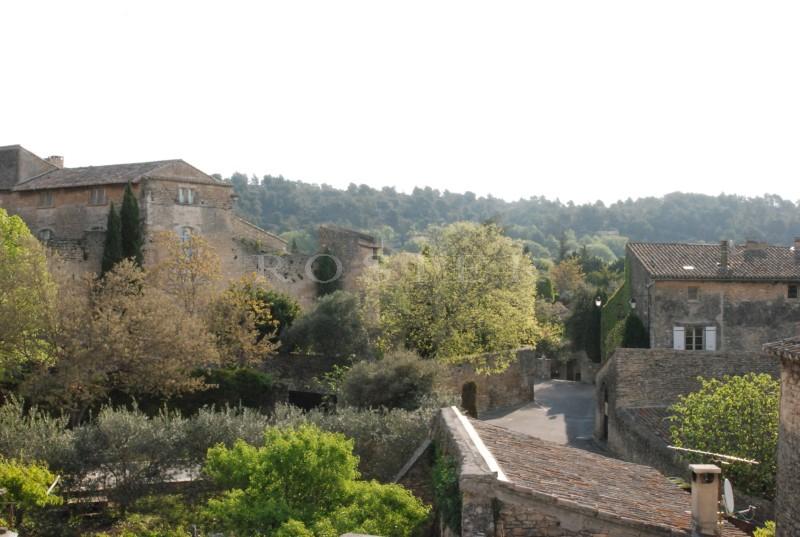 En Luberon,  à vendre, maison de village très lumineuse, avec jolie vue sur un château de Provence
