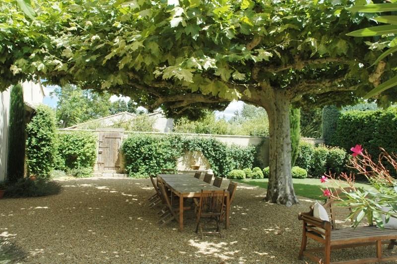 Au pied du Petit Luberon,  à vendre, authentique mas du XVIIIème siècle, rénové avec soin, en campagne sur un terrain en partie paysager
