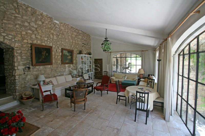 Provence, Luberon, à vendre, ancienne bergerie du XIVème siècle, remaniée pour allier témoignage d'autrefois et confort actuel, sur 7 hectares, à vendre