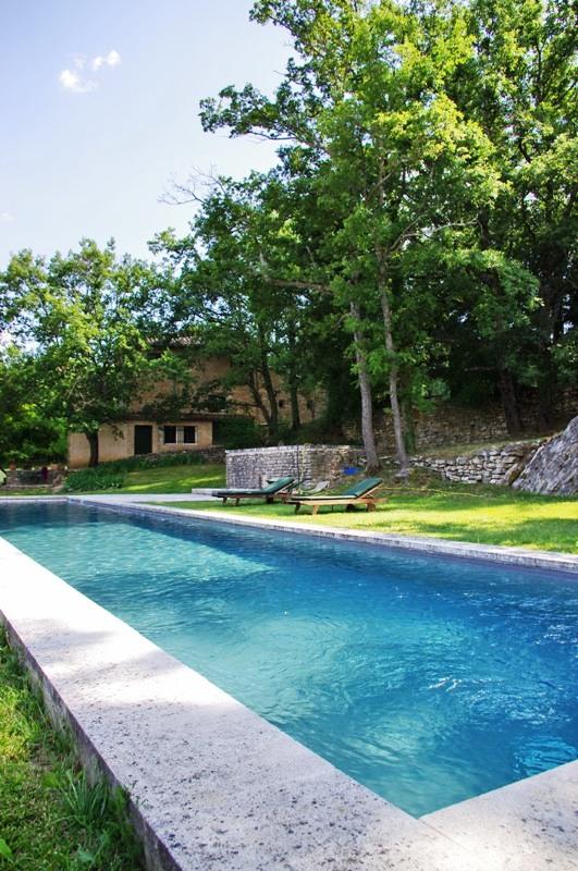 Luberon, proche d'un village perché, bastide à vendre avec piscine et vues.