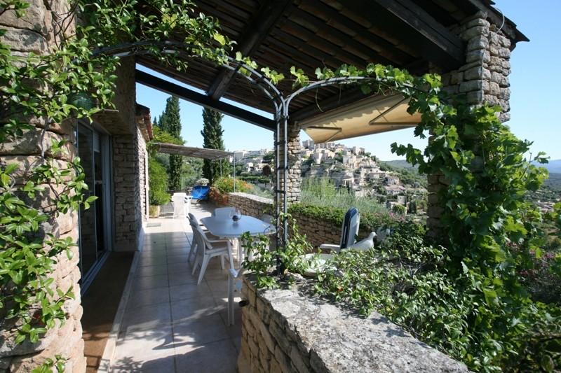 Maison en pierres  face à Gordes, à la plaine et au Luberon