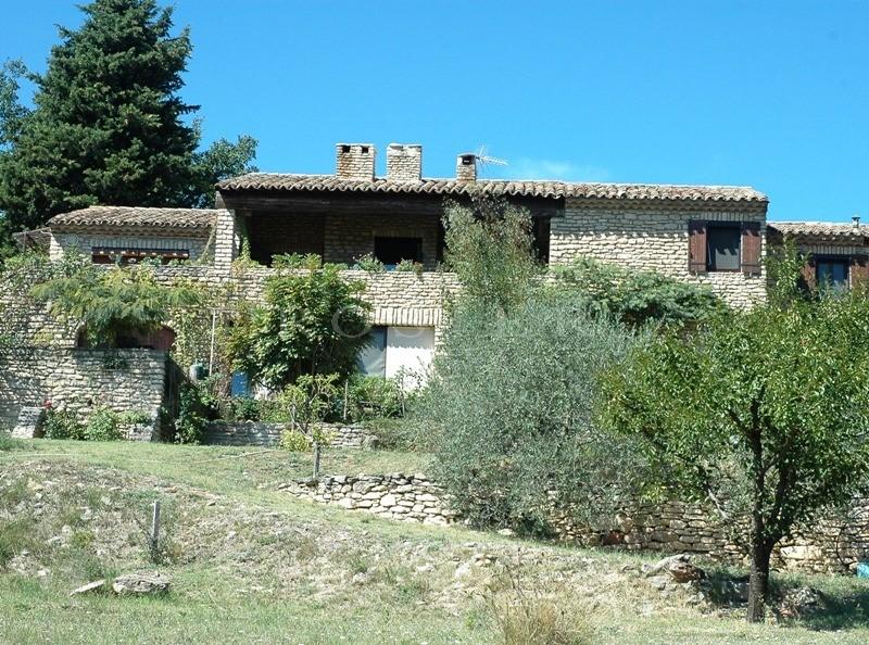 Luberon : maison de qualité en pierres avec belles vues.