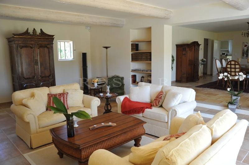 Entre Gordes & Roussillon, mas restauré avec soin sur plus de 2,5 hectares.