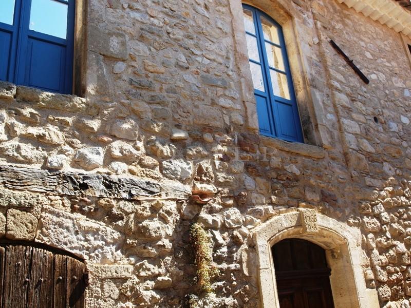 Provence, au sud du Luberon,  à vendre, maison ancienne du XVIIème siècle avec terrasse et jardinet,  au coeur d'un agréable village.