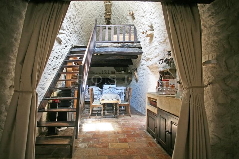 Dans les monts de Vaucluse et proche du village classé de Gordes, maison en pierres avec dépendances.