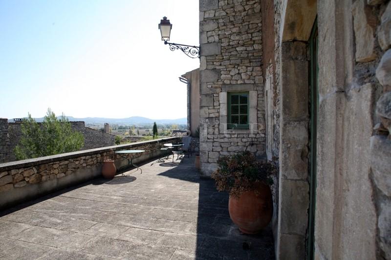 Luberon,  maison de hameau en pierres avec terrasses