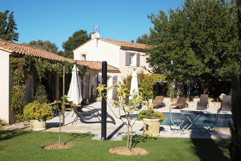 Au pied du Luberon et proche de toutes les commodités, belle et confortable villa.