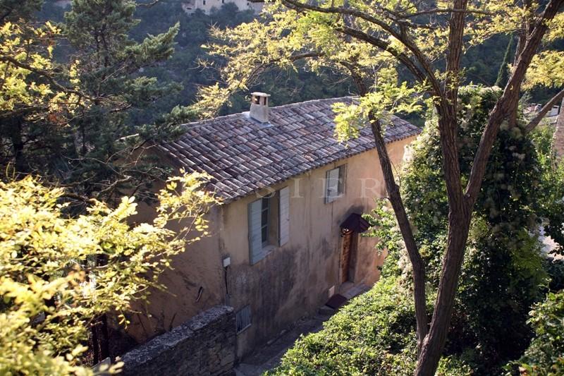 A quelques minutes à pied du centre d'un village perché du Luberon, maison avec piscine et vue sur la vallée et la campagne environnante.