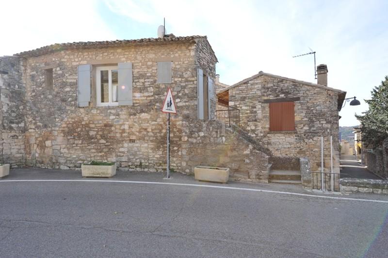 En Provence,  dans un beau village perché du Luberon,  à vendre  agréable pied à terre  rénové plein de charme.
