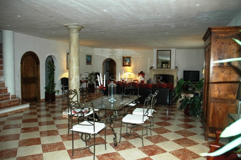 Drôme Provençale,  à proximité de tous commerces, à vendre,  très grande villa avec grand jardin, piscine et vues dominantes
