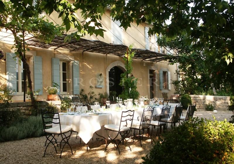 A proximité des villages perchés du Luberon,  à vendre,  superbe mas du XIXème siècle rénové avec goût et offrant de très belles vues, sur 1 hectare de terrain avec piscine
