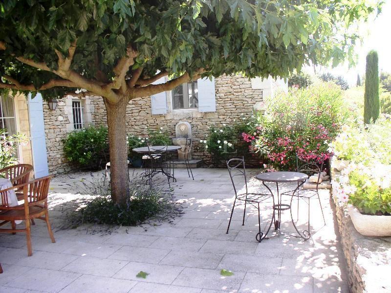 Superbes vues sur le Luberon , maison en pierres de Gordes, située dans un quartier résidentiel.