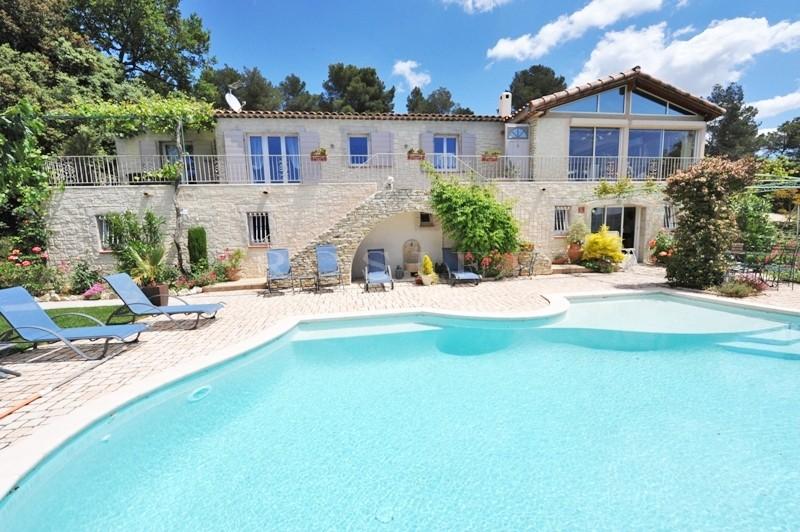 Luberon Sud, en vente, sur les hauteurs d'un quartier résidentiel entre Lourmarin et les Alpilles, maison récente avec piscine Diffazur à débordement et vues
