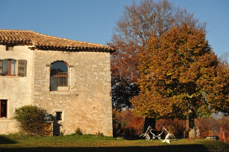 Dans le Parc du Luberon, en vente, authentique ferme du XVIIIème siècle restaurée sur plus de 150 hectares