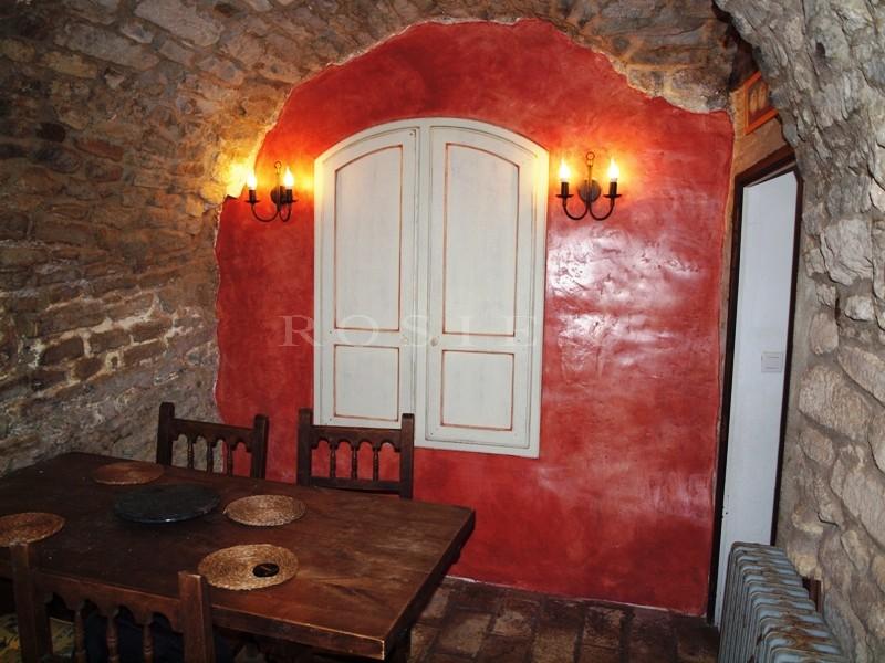 Maison de village sur les vestiges d'un château provençal