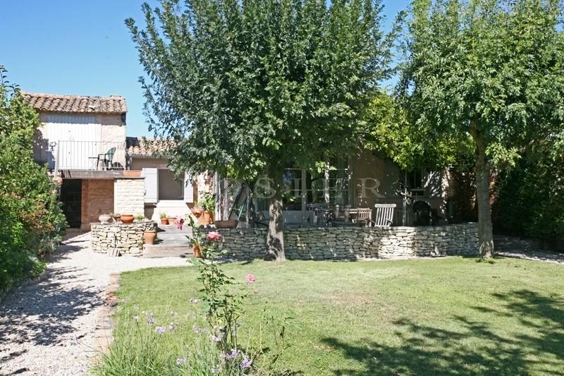 Proche Gordes :  Charmante maison de hameau disposant d'un jardin piscinable.