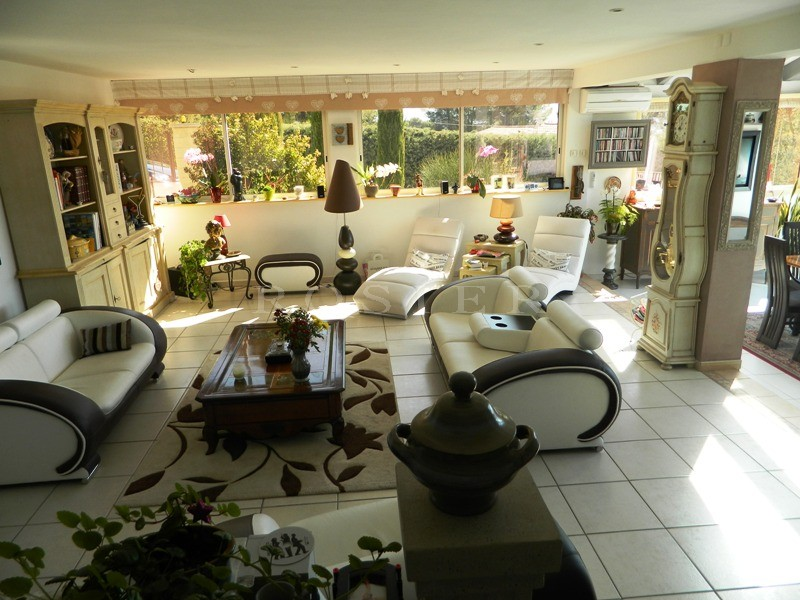 Belle villa contemporaine coté sud Luberon avec piscine à débordement et vues dominantes