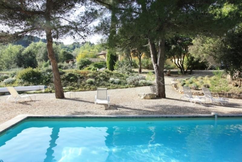 A quelques kilomètres de Gordes et de Roussillon, Hôtel de Charme avec de Superbes Vues sur le Luberon