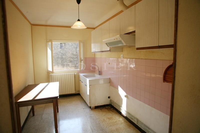 Proche Gordes, dans un charmant village du Luberon, à vendre, maison avec cour. Nombreuses Possibilités.