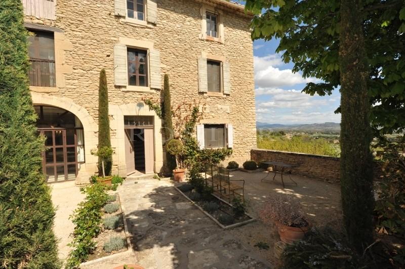 Luberon, à vendre par l'Agence Immobilière ROSIER, proche de l'un des plus beaux villages de France,  authentique bastide du XVIIIème, en position dominante avec vues panoramiques