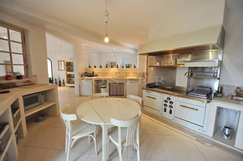 Luberon, à vendre, à quelques minutes de Gordes et Roussillon,  grande maison contemporaine de plain pied, en pierres avec piscine et vues sur le Luberon