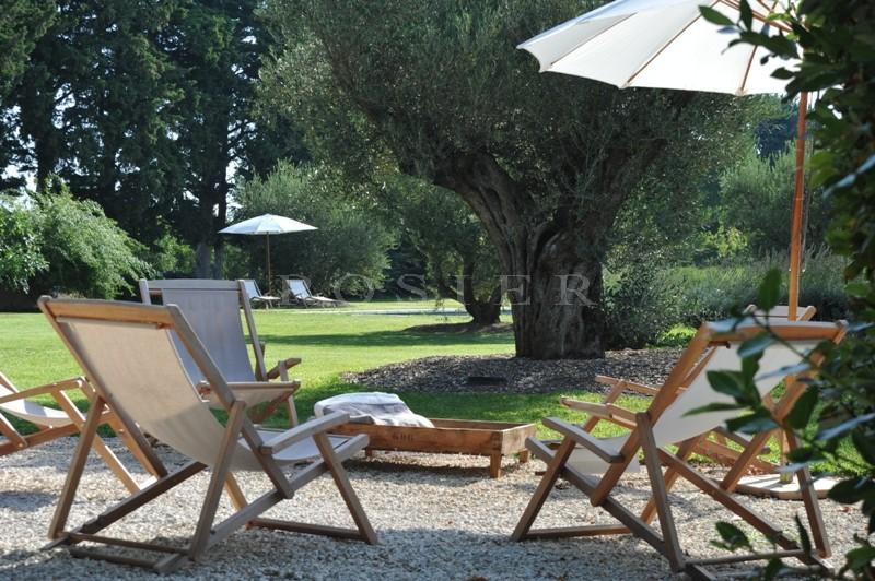 Entre Alpilles et Luberon, mas ancien à vendre avec intérieur contemporain et piscine, sur plus de 4 hectares de terres.