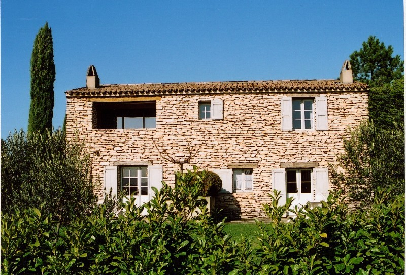 ROSIER à Gordes -  Proche du centre du village, maison en pierres à rénover sur 1200 m² de terrain.  Vues sur le Luberon et la vallée.