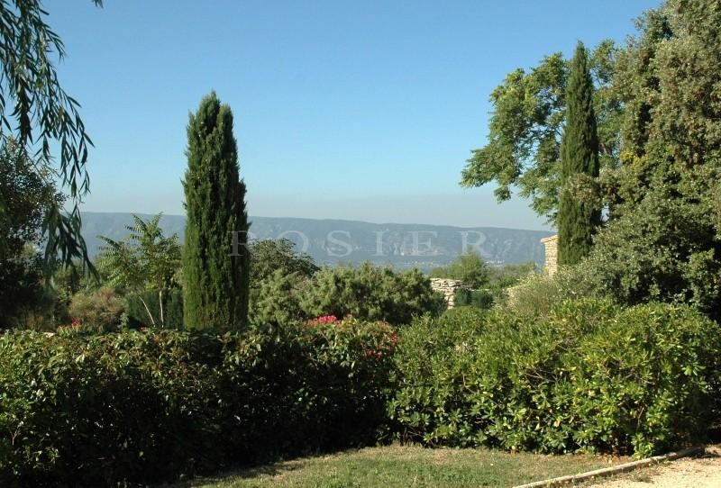 GORDES -  A proximité immédiate du coeur du village,  ensemble immobilier comprenant deux maisons à rénover en pierres sur un terrain de plus de 1500 m².