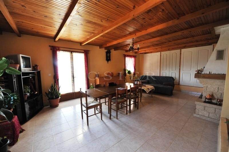 Provence, Luberon, à vendre, propriété en position dominante avec une belle maison en pierres et des dépendances sur un parc de 50 hectares