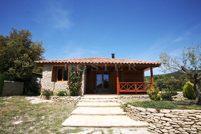 En Luberon, à vendre proche de Gordes et Roussillon,  maison en bois écologique, avec parement en pierres, intégrée dans son environnement
