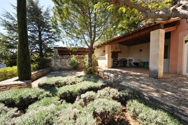 En vente, dans un village animé du Luberon,  pied à terre idéal, maison lumineuse avec jardin, piscine et vues