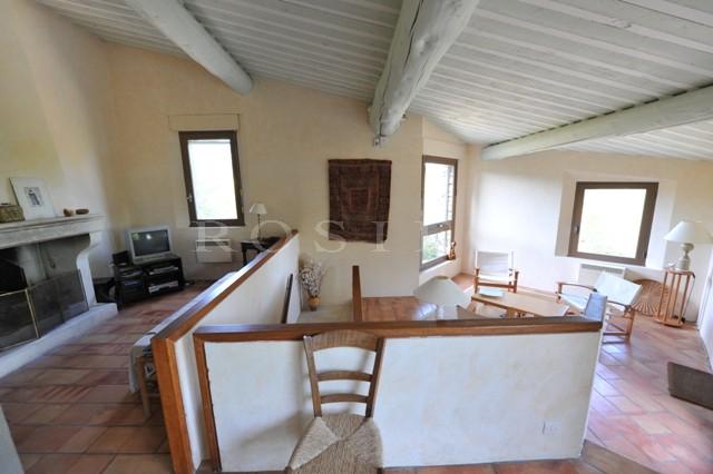 Maison d'architecte en pierres de pays avec nombreuses vues sur les paysages du Luberon