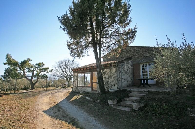 Face au Luberon, dans un secteur prisé de Provence,  maison de plain pied sur un terrain de 1600 m². Beaucoup de potentiel!
