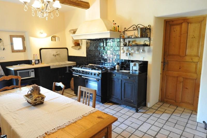 A Gordes, en vente,  beau mas de famille avec dépendances et piscine offrant  des vues spectaculaires sur le Luberon, les Alpilles et la campagne environnante