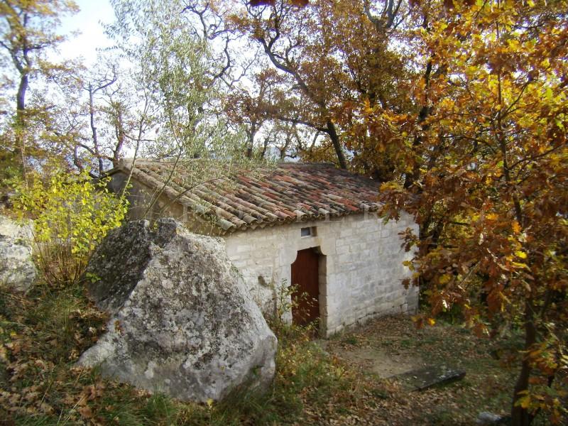 En pleine campagne du Luberon, mazet en pierres niché sur un terrain d'environ un hectare.