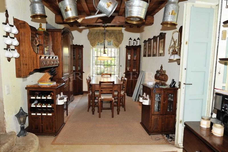 A quelques minutes des villages classés du Luberon, dominant le village et la campagne environnante, Propriété d'Exception dont les origines remontent au 12éme siècle