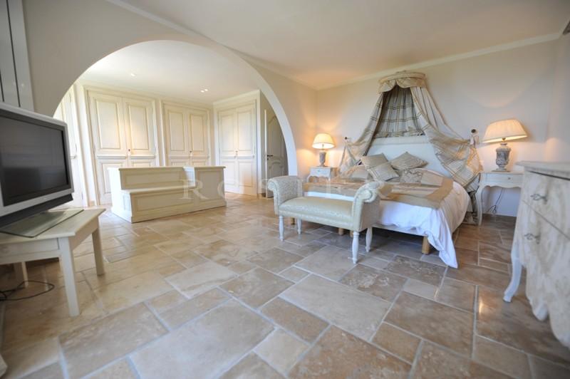 Sur les hauteurs de Gordes,  à vendre, exceptionnelle propriété de prestige,  sur 2 hectares de terrain, piscine, tennis,  et vues sur la vallée et le Luberon.