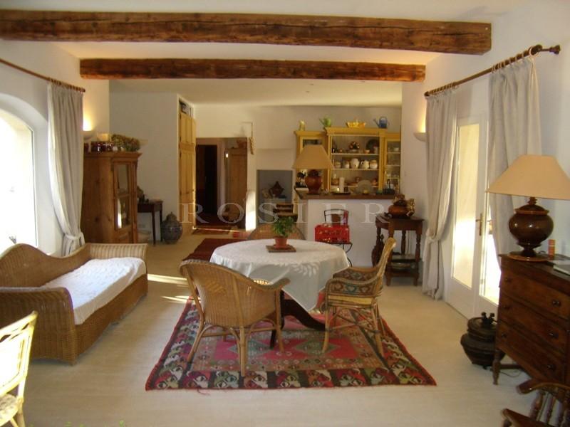 A vendre dans le Luberon par ROSIER,  proche de Gordes, belle maison traditionnelle composée  d'une habitation principale, d'un appartement de 105 m² et d'un studio