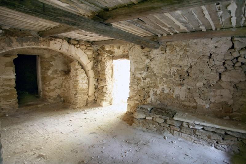 Exclusivité au coeur du Luberon, à vendre, ancienne ferme fortifiée à restaurer sur plusieurs hectares