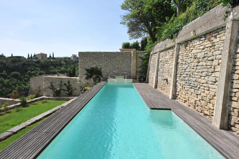 Gordes, Maison de village rénovée dominant la vallée avec jardin et piscine