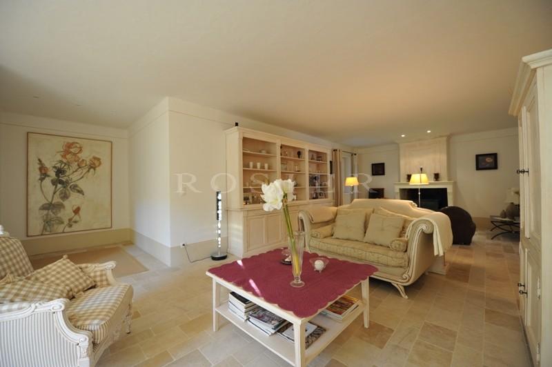 Exclusivité ROSIER - Propriété de Prestige située dans un quartier prisé de Gordes offrant des prestations haut de gamme.