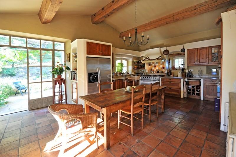 En vente, domaine viticole en Luberon,  de plus de 6 hectares comprenant bastide, dépendances et caves.