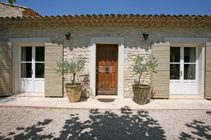 Entre Ménerbes et Gordes, proche du Luberon,  mas à vendre restauré avec des matériaux de qualité.