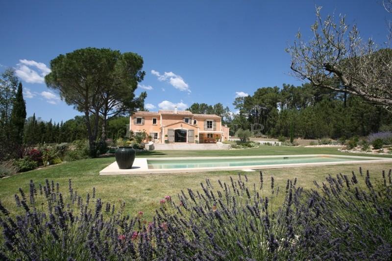Face au Luberon, à vendre, belle bastide moderne  avec piscine au coeur d'un parc d'environ 1,8 hectare