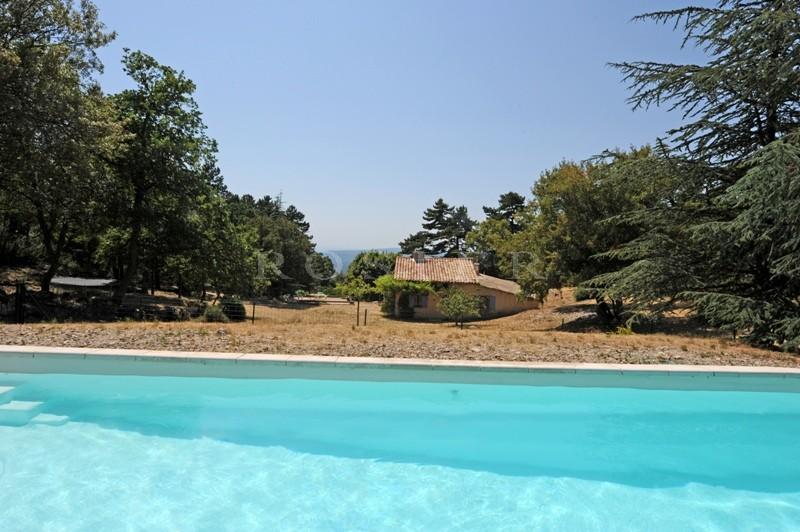 Dans les collines provençales, face au Luberon, à vendre,  bergerie sur plus de 70 hectares offrant de superbes vues sur le Luberon et la vallée