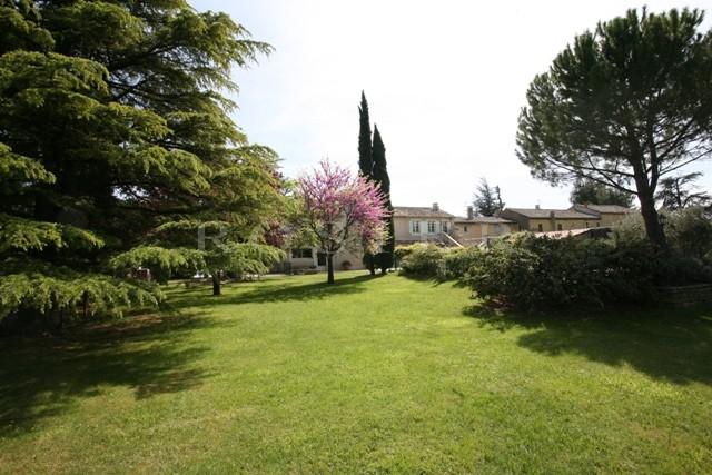 Parc Régional du Luberon, proche d'un village animé, bel ensemble articulé auour d'une cour fermée.