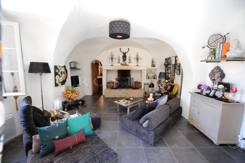 Au coeur du triangle d'or du Luberon, au pied d'un magnifique village perché,  à vendre, grande maison de charme dans un hameau,
