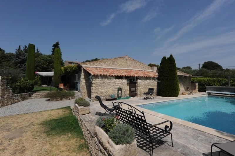 A vendre, en Luberon, à Gordes,  en bordure de hameau, belle maison de plain-pied avec piscine et jardin attenant